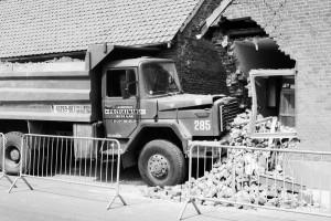 Ergens in de 80'er jaren, in Lanaken,  ging de chauffeur van deze vrachtwagen snel boodschappen doen in het plaatselijk kruidenierswinkeltje. In zijn haast vergat hij de handrem te gebruiken en helaas zat er een zekere helling in de weg. Honderd meter verder kwam de vrachtwagen toto stilstand tegen een huis. Gelukkig was er enkel materiële schade.